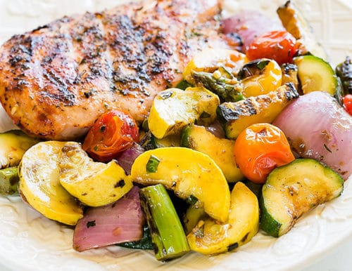 Versatile medley of grilled vegetables pairs beautifully with any kind of grilled meat. #grilledvegetables #vegetablemedley #mixedvegetables #sidedish #potluck #busycooks
