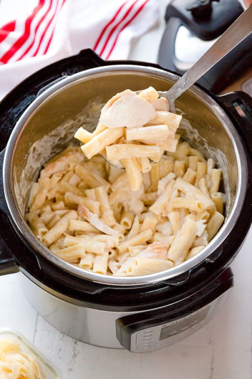 Got 30 minutes to cook dinner? Make this creamy dreamy Instant Pot chicken alfredo pasta in less than 30 minutes, half of which is inactive time!!! Effortless and easy, kid-approved comfort food for a busy weeknight! What's not to love here, right? #instantpotrecipe #weeknightrecipe #busycooks #easydinner #instantpotpasta
