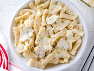 Got 30 minutes to cook dinner? Make this creamy dreamy Instant Pot chicken alfredo pasta in less than 30 minutes, half of which is inactive time!!! Effortless and easy, kid-approved comfort food for a busy weeknight! What's not to love here, right?#instantpotrecipe #weeknightrecipe #busycooks #easydinner #instantpotpasta