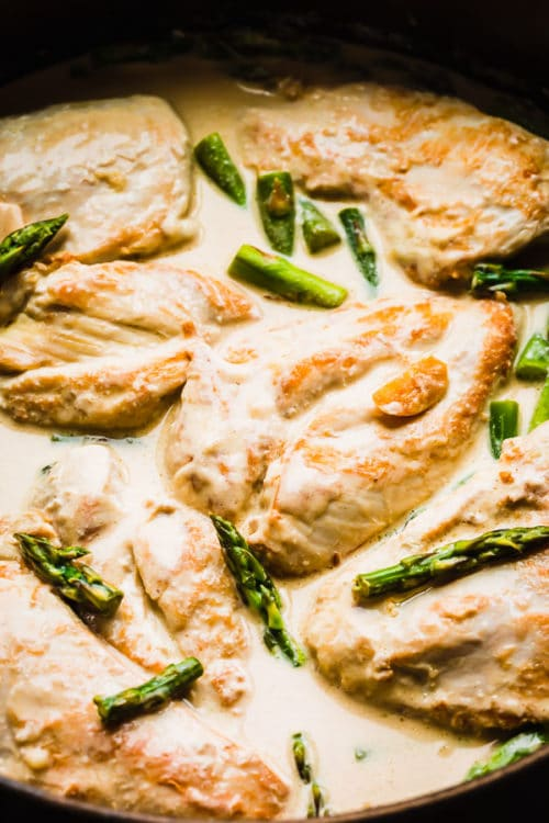 This Creamy Chicken in White Wine Sauce is quick and easy weeknight dinner! Combined with pasta, this makes a great comfort meal for the family! #whitewinesauce #chickenbreastdinner