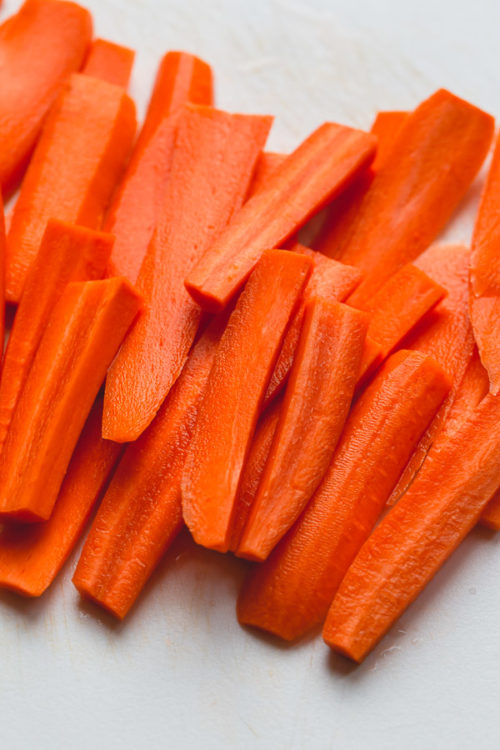 Let me show you how to store carrots for the week. A smart, yet effective way to prepare carrots to use throughout the week for meals and as a snack!
