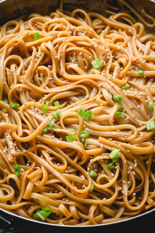 These sesame noodles can be ready to serve in 15 minutes, yes that's not a typo! Quick as ever, versatile and flavorful, this quick noodle dish is a huge hit even with kids! #sesamenoodles #noodlesdish #asiannoodledish