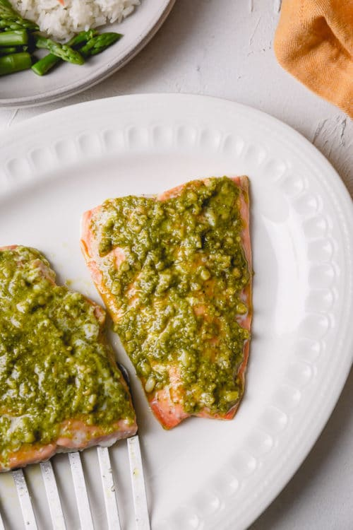 Unbelievably flavorful, the baked salmon with pesto comes together in less than 30 minutes! #salmonrecipe
